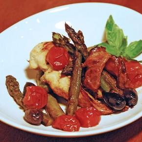 Куриное филе со спаржей и помидорами чери
