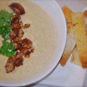 Крем-суп с белыми грибами и чесночными гренками