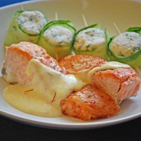 Рыба под сырным соусом и творожные рулетики с огурцом