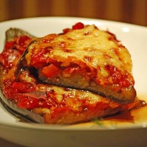 Баклажаны с пряным томатным соусом и сыром