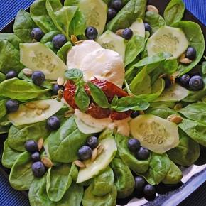 Салат из шпината с черникой